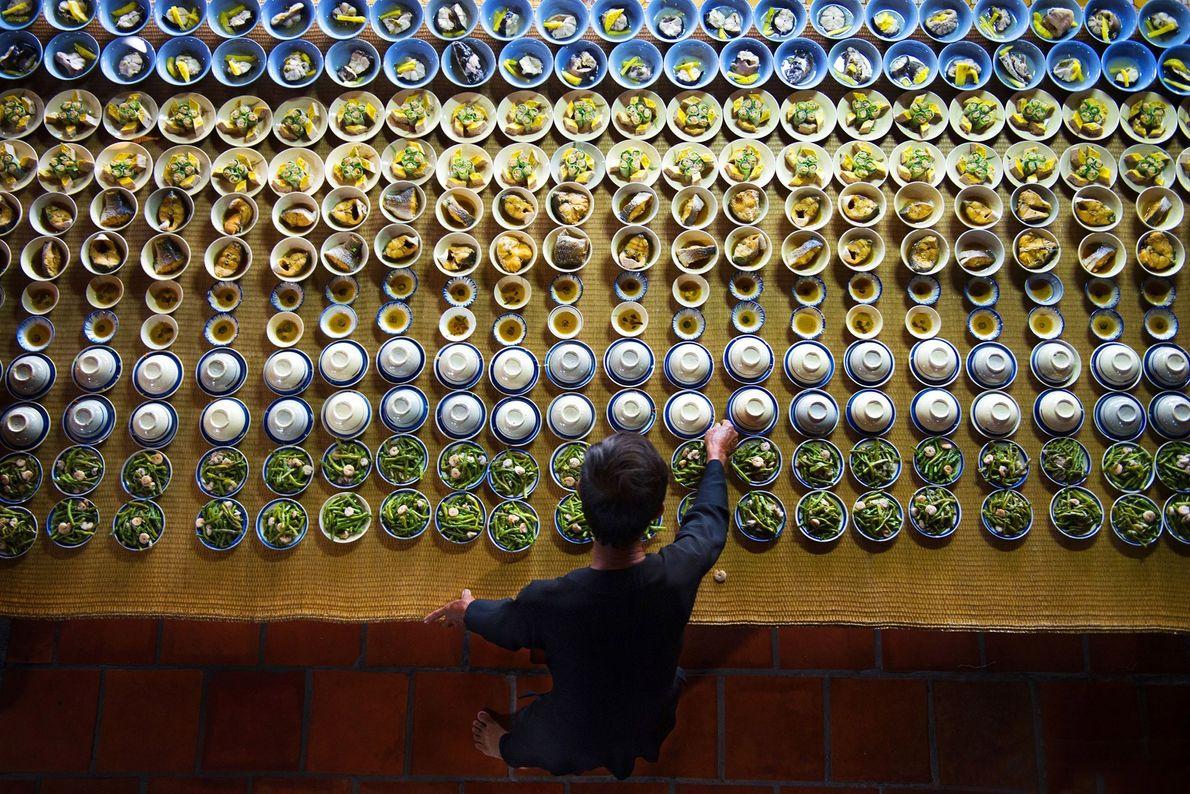 Pratos são organizados para um festival local na cidade portuária do sul de Vũng Tàu.