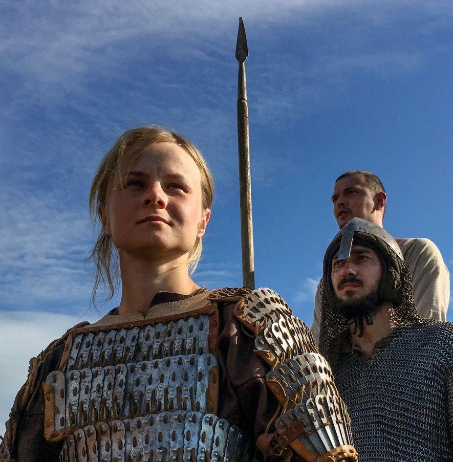 Envoltos em capacetes de ferro, coletes de corrente e couraças, encenadores vikings dão uma ótima noção ...