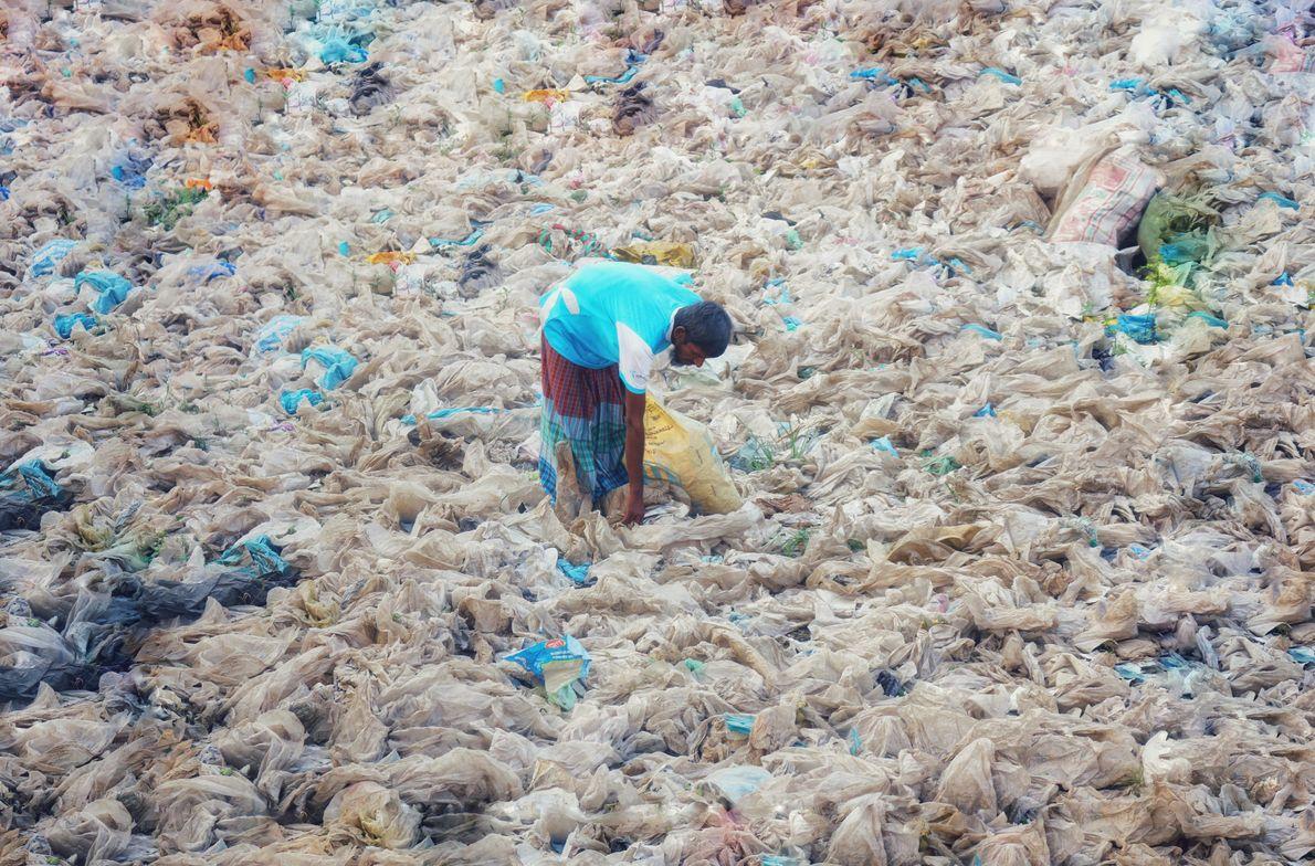 O maior mercado de plástico hoje em dia refere-se à embalagem de produtos, responsável por metade ...