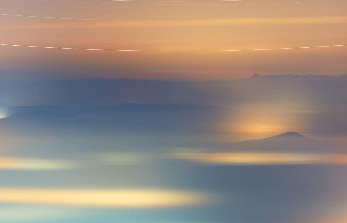 A névoa cobre uma vila no norte da Hungria enquanto o sistema estelar Gamma Andromedae – ...