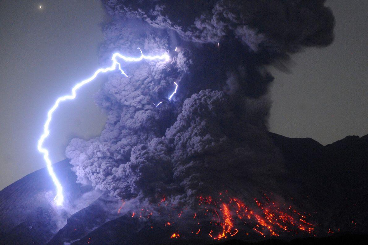 Os vulcões não apenas geram fluxos impressionantes de rochas incandescentes, mas também extraordinários relâmpagos. Essa atividade ...