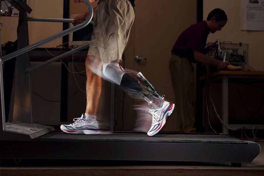 Molas motorizadas em um tornozelo motorizado impulsionam o movimento como se fosse uma perna humana.