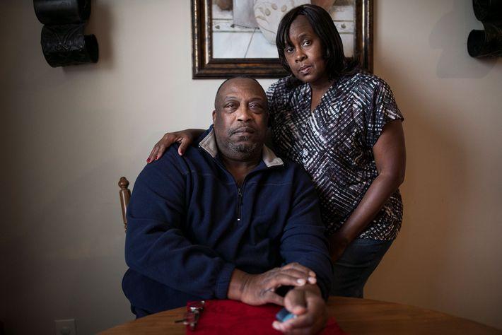 Tommy Johnson, visto aqui com sua esposa Betty em sua casa em Knoxville, foi outra vítima. ...