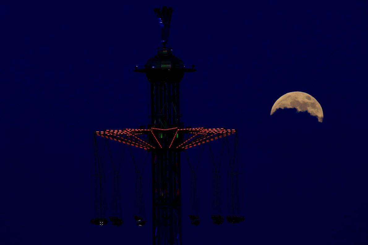 Nuvens encobrem parcialmente a Lua cheia em Tel Aviv, Israel, na noite do eclipse lunar.