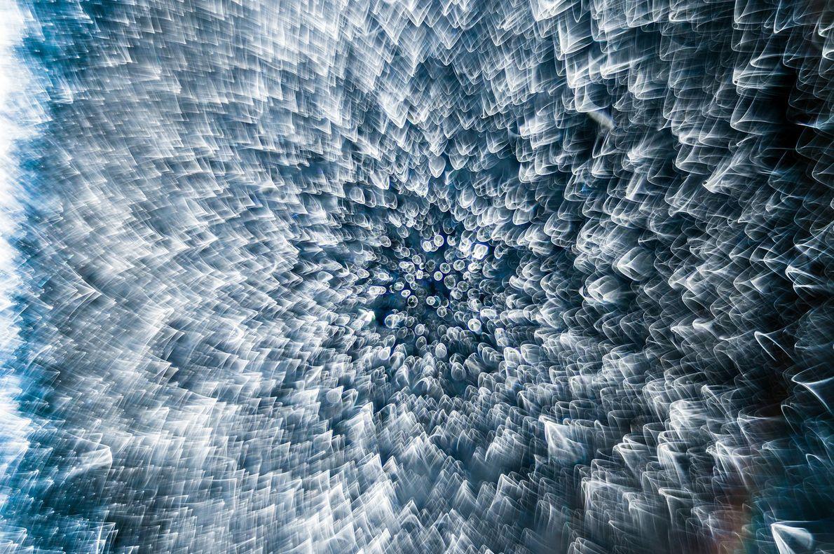 Essa gota d'água congelada parece conter uma infinidade de gotas quando iluminada pela luz incidente do ...