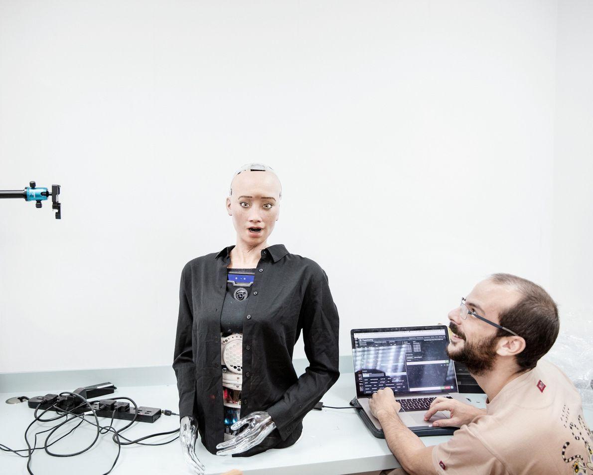 Um engenheiro de som da Hanson Robotics trabalha com Sophia. O robô pôde dar discursos e ...