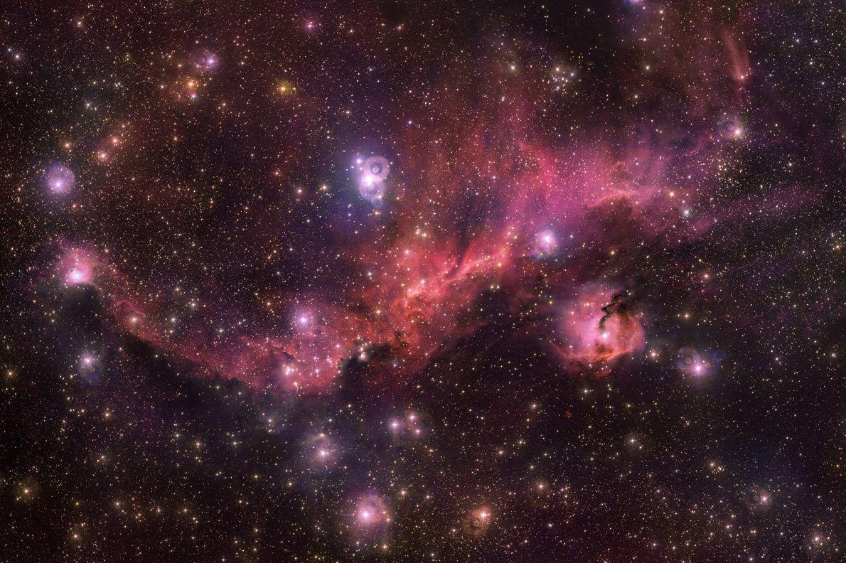 Em agosto, o Observatório Europeu do Sul captou esta imagem colorida da nuvem resplandecente Sharpless 2-296, ...