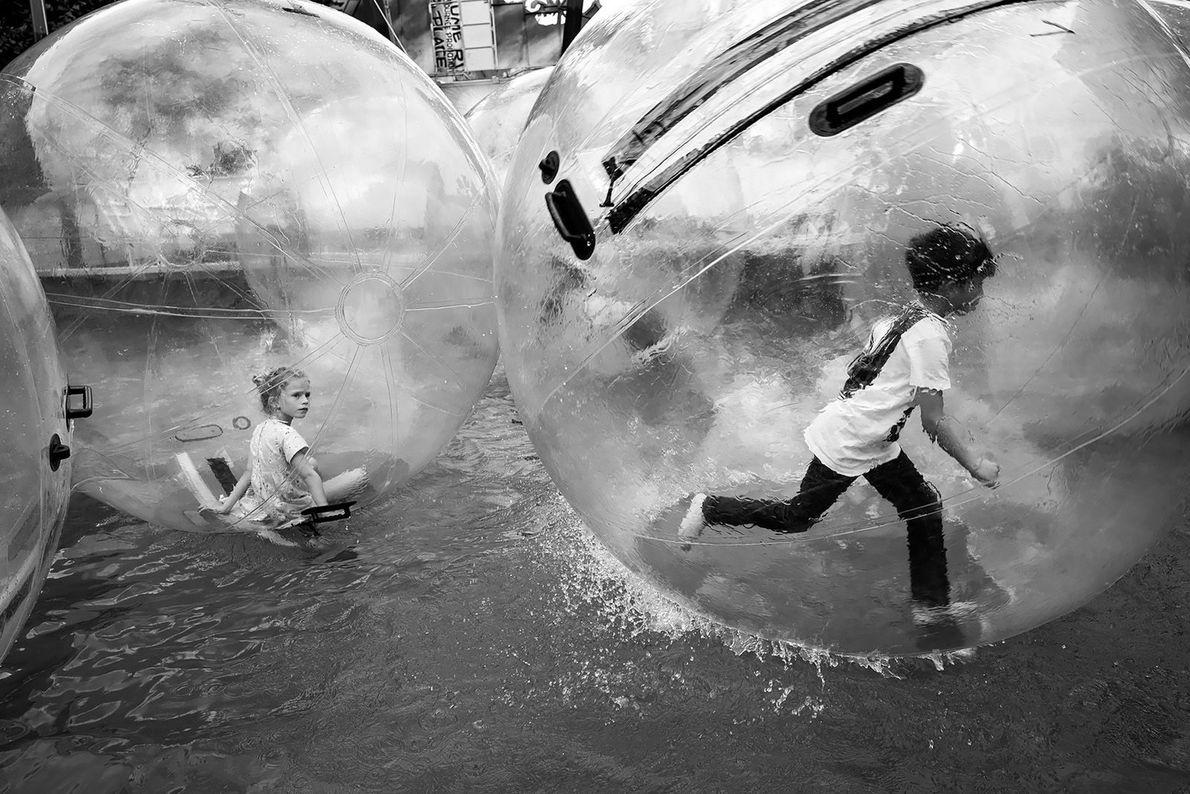 A capital francesa é um parque de diversões para crianças, com antigos carrosséis, teatros de marionetes, ...