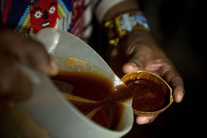 Um curandeiro oferece ayahuasca durante um ritual de cura na Colômbia. A descoberta na caverna boliviana ...