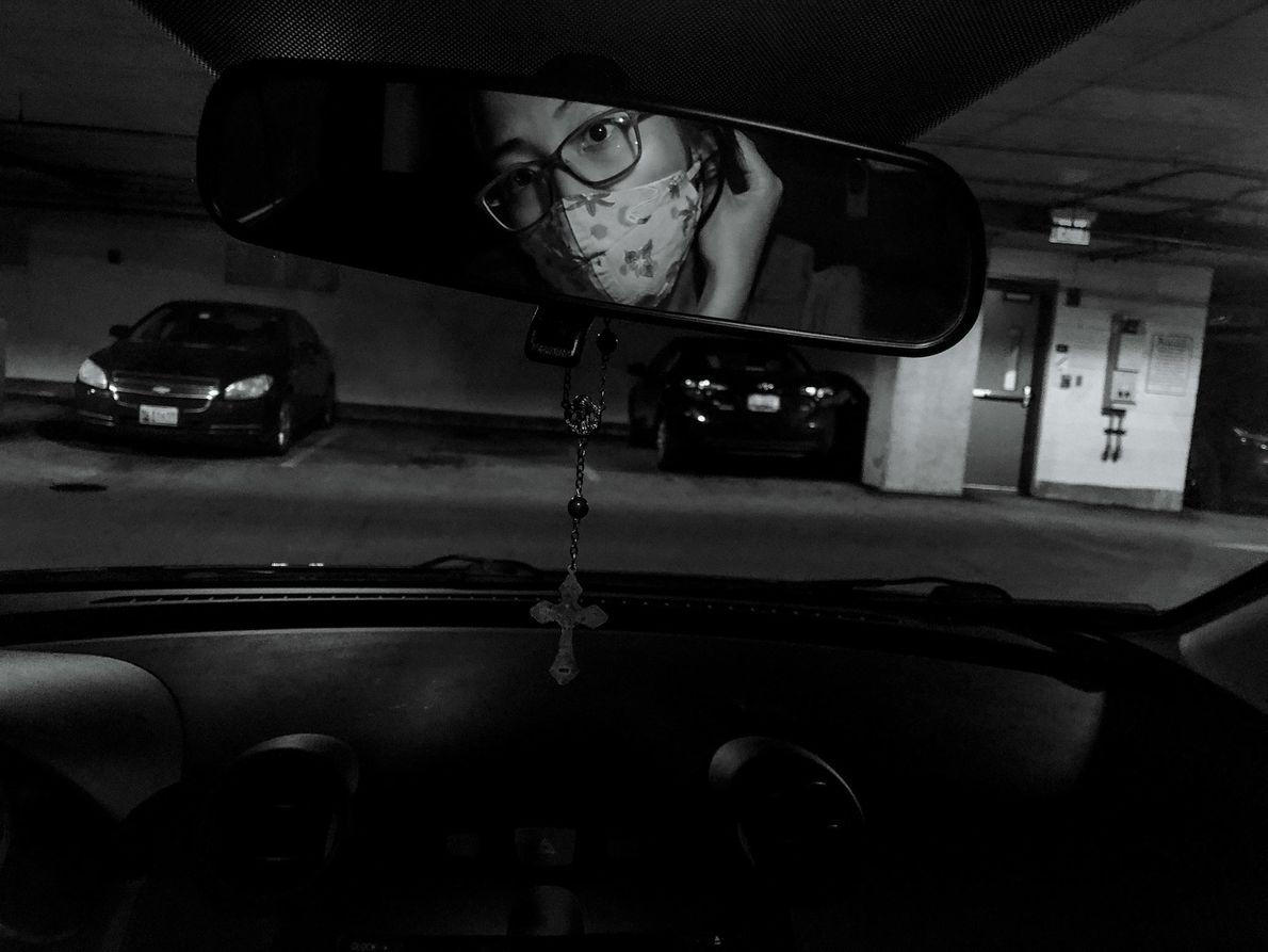 Rose Morton colocando uma máscara antes de entrar no hospital de Baltimore, em Maryland, onde trabalha ...