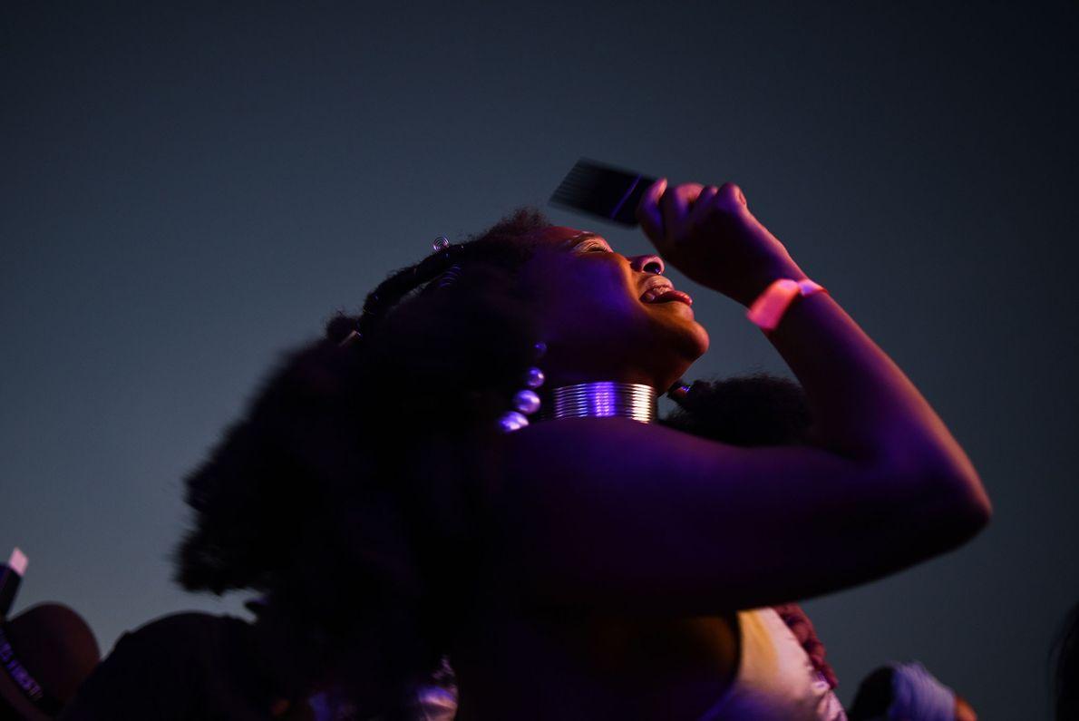 O Afropunk viajou do  Brooklyn para Joanesburgo, na África do Sul. Uma mulher sul-africana sorri ...