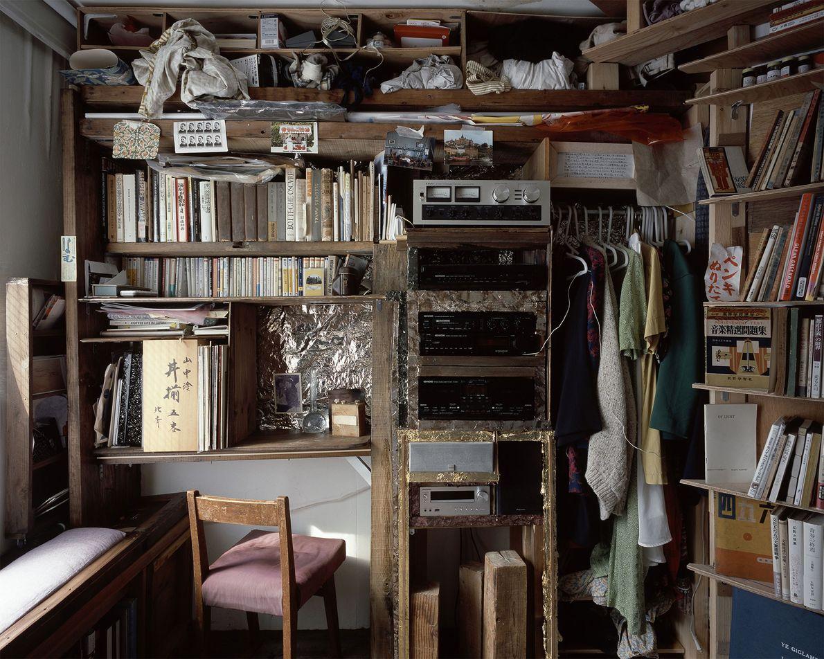 A vista lateral desta cápsula exibe uma grande estante construída pelo ocupante com madeira reaproveitada.
