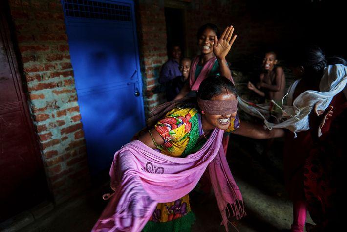Nirma, de 16 anos, brinca com suas amigas e primas.