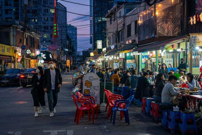 Restaurante que serve churrasco coreano em Seul lotado de frequentadores no domingo, 26 de abril. Eles ...