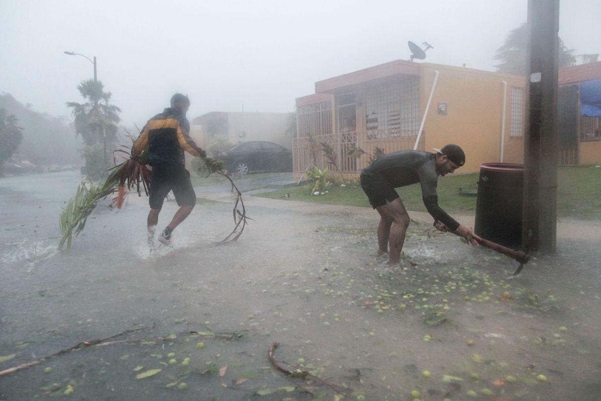 Pessoas recolhem escombros em Fajardo, em Porto Rico, enquanto o furacão Irma uivava depois de Puerto ...