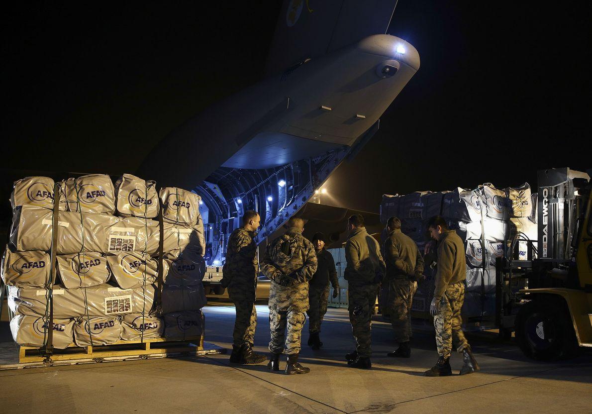 avião militar turco em carregamento para ajuda ao Iraque