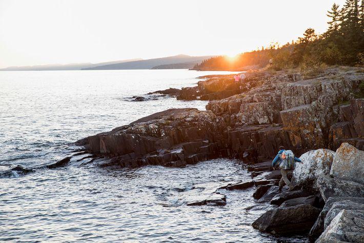 Dupre faz trilha na costa rochosa do lago Superior.
