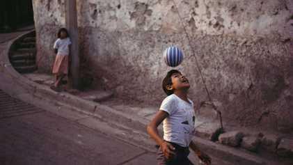 A paixão pelo futebol atingiu pessoas em diversos lugares do mundo no último século