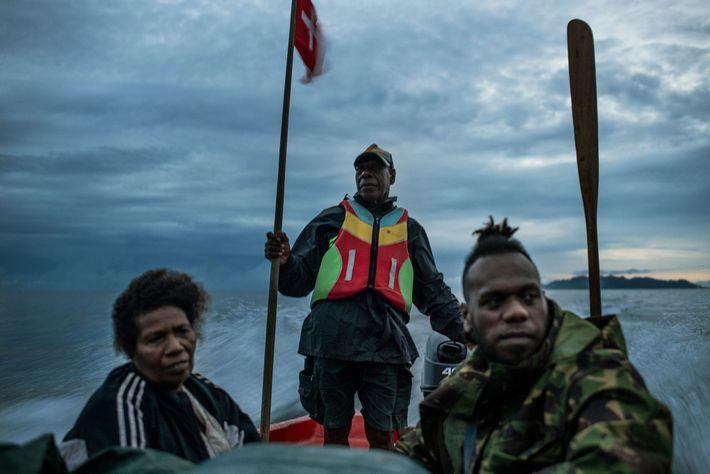 Phillip Manakako pai guia seu barco para Marasa. A falta de estradas transitáveis torna o vilarejo ...