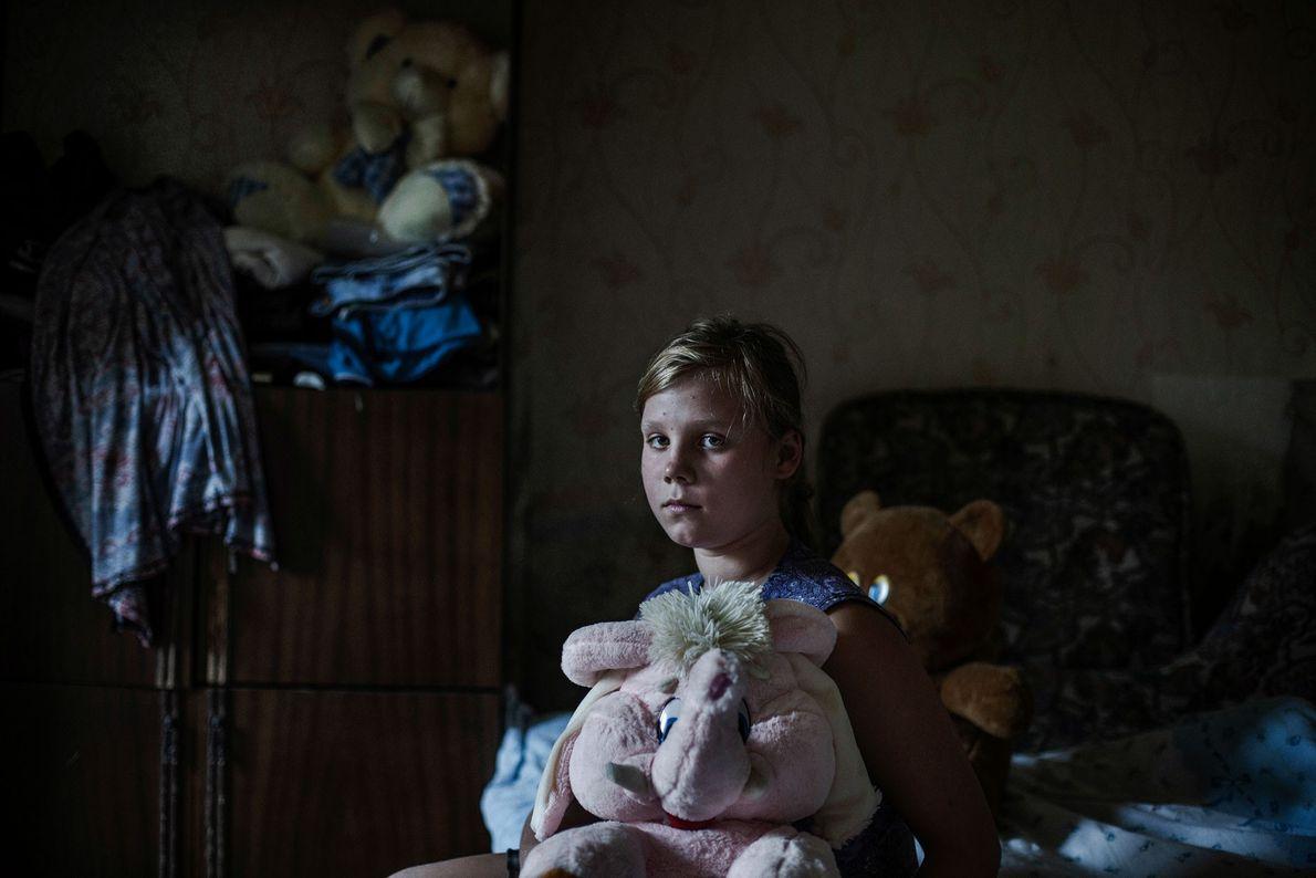 Marina, 12 anos, que vive em Zaitsevo, na República Popular de Donetsk, uma cidade dividida pela ...