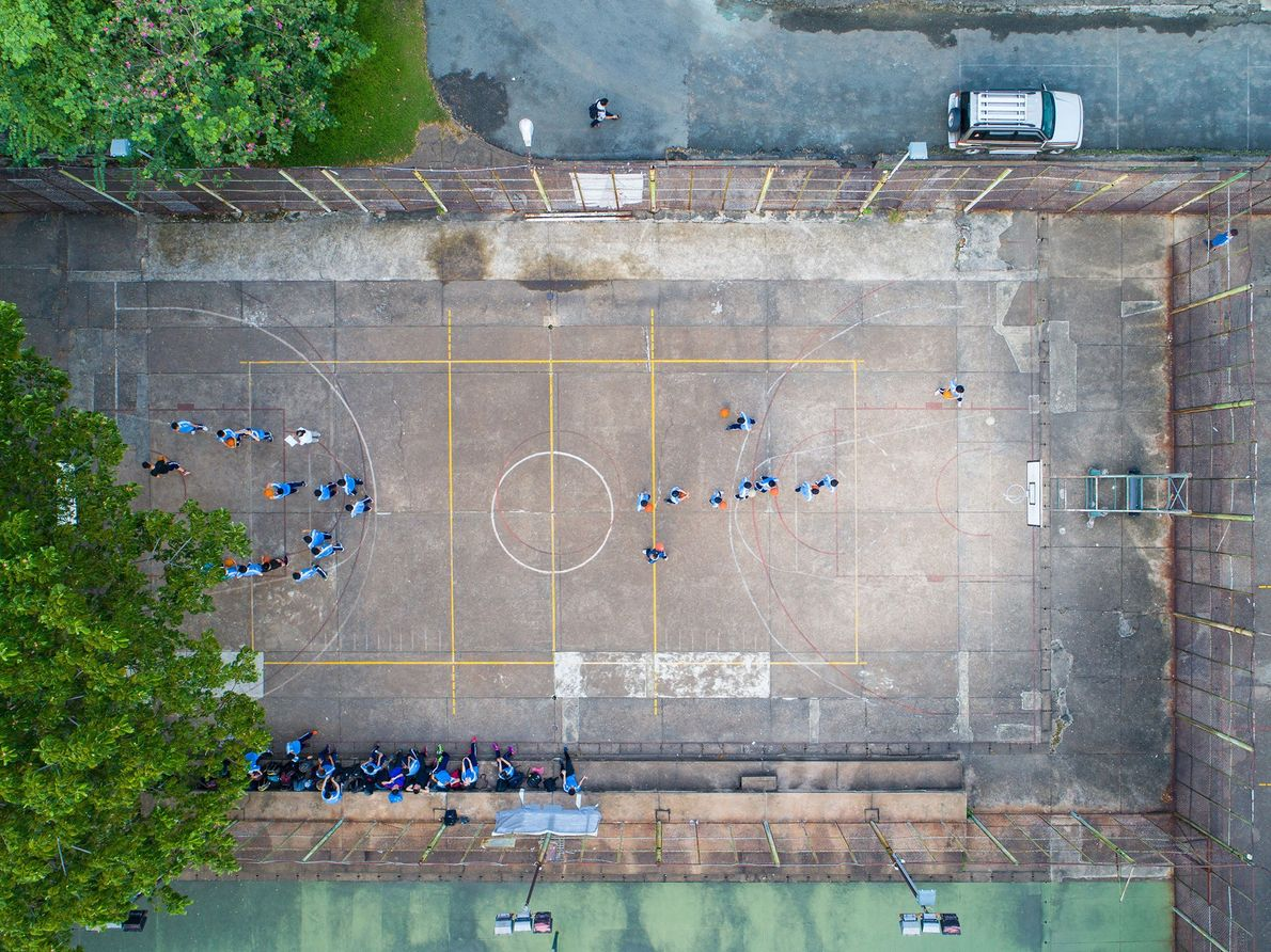Estudantes se reúnem na quadra de basquete da Universidade de Tecnologia da Cidade de Ho Chi ...