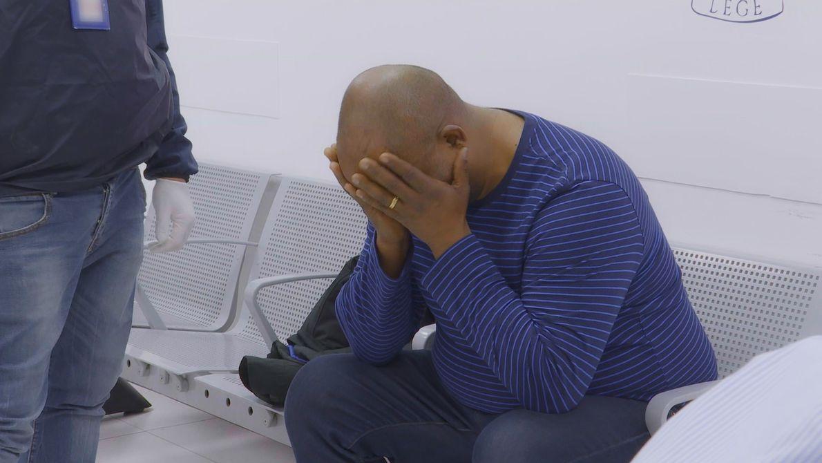 O homem parece muito nervoso... O que será que aconteceu? Descubra em Aeroporto: Roma.