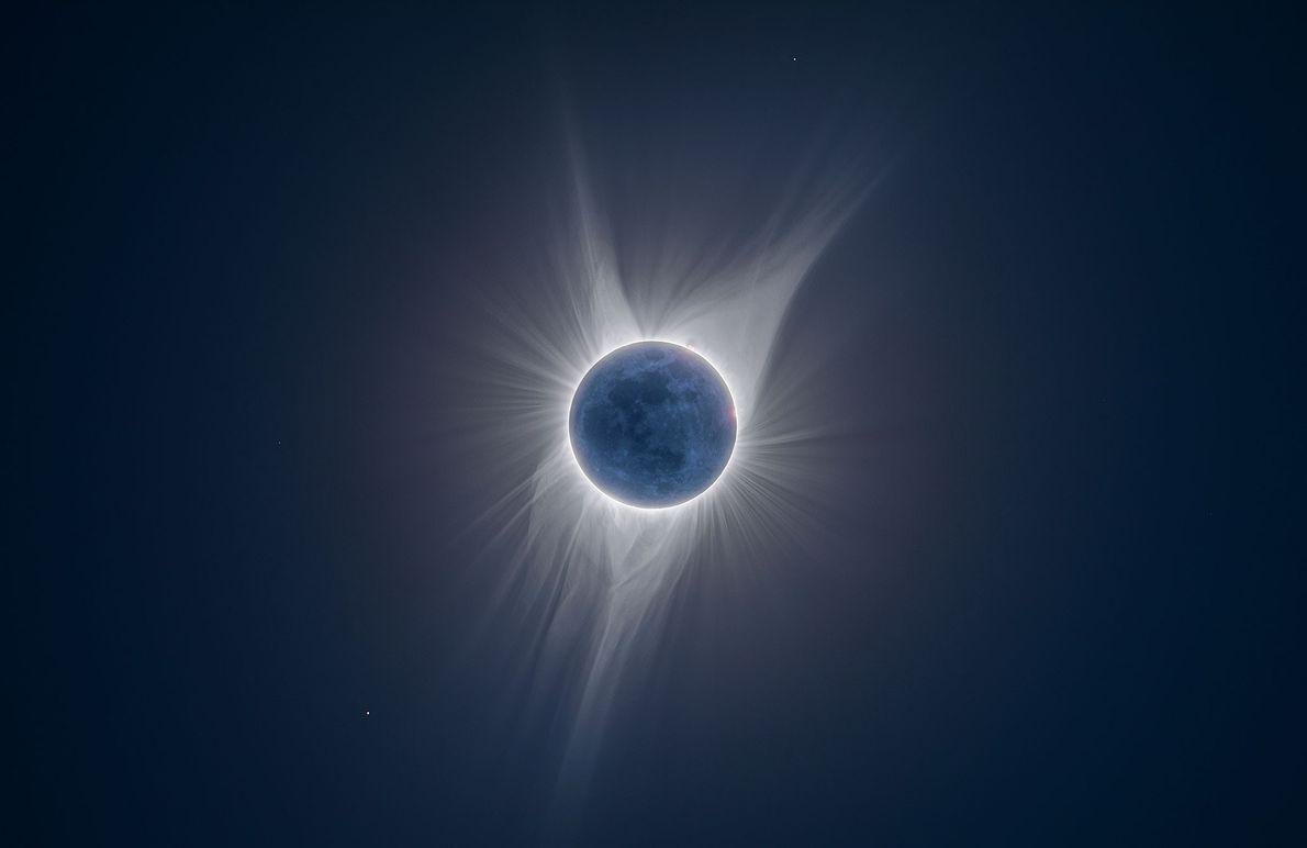 Detalhes da lua são iluminados nesta fotografia de múltipla exposição tirada durante um eclipse solar total ...