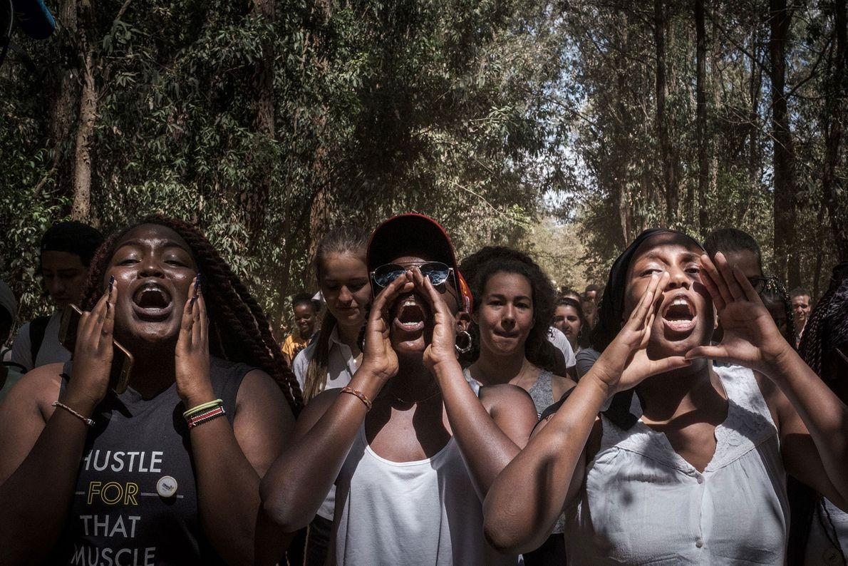 Alunos da Escola Estadual Braeburn Garden entoam gritos de protesto durante uma manifestação em Nairóbi, Quênia.