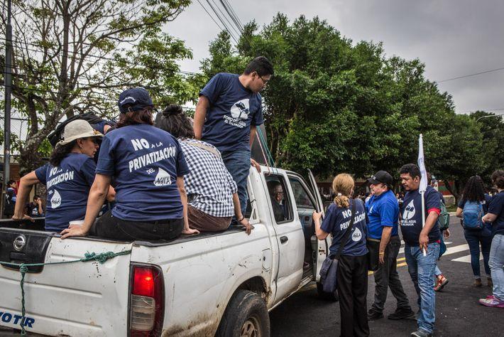 Manifestantes em São Salvador se opõem a um plano de direita para privatizar a água chamado ...