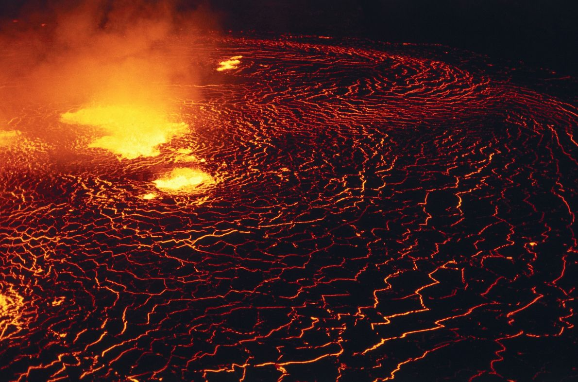 A cratera Halemaʻumaʻu, do vulcão Kilauea, abrigava há muito tempo um lago de lava. Mas quando ...