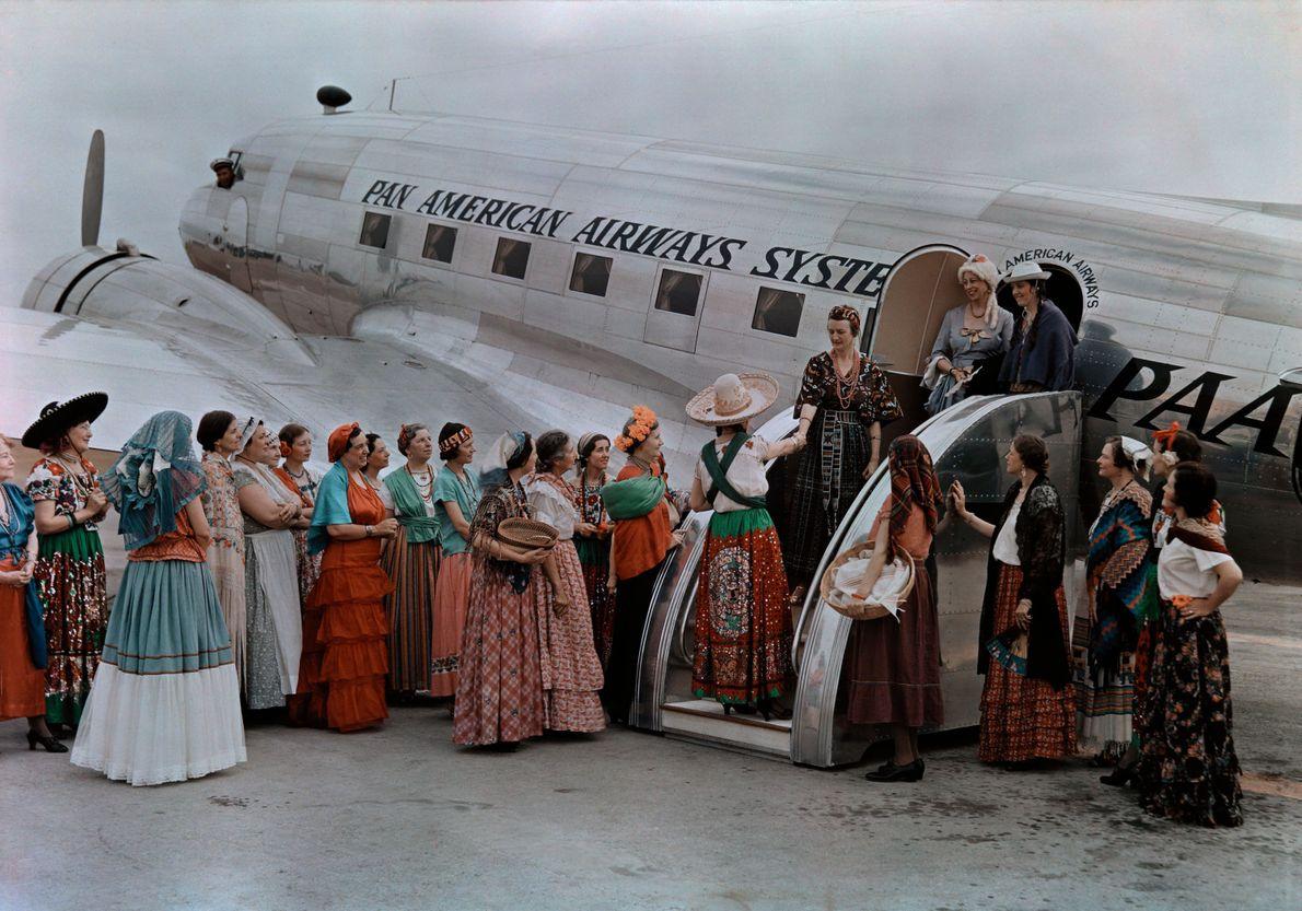 Texas, Estados Unidos. Avião desembarca e as pessoas cumprimentam os recém-chegados.