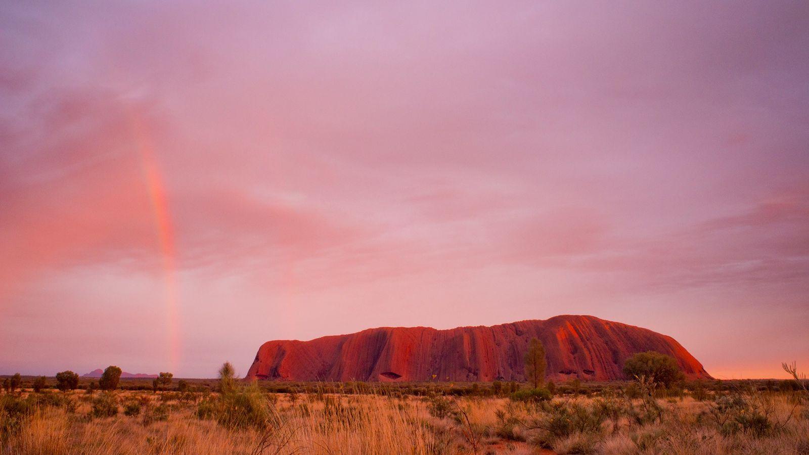 Uluru, um enorme monólito de arenito na Austrália central, sagrado para os povos aborígenes, será fechado ...