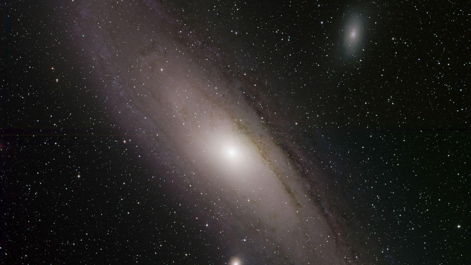 A galáxia de Andrômeda, também conhecida como Messier 31, brilha em uma imagem divulgada recentemente pela ...