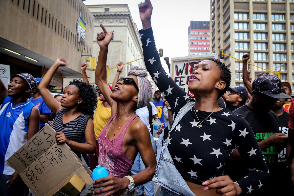 Universitários em Joanesburgo gritam para que um funcionário da universidade ouça suas demandas em #FeesMustFall, um ...