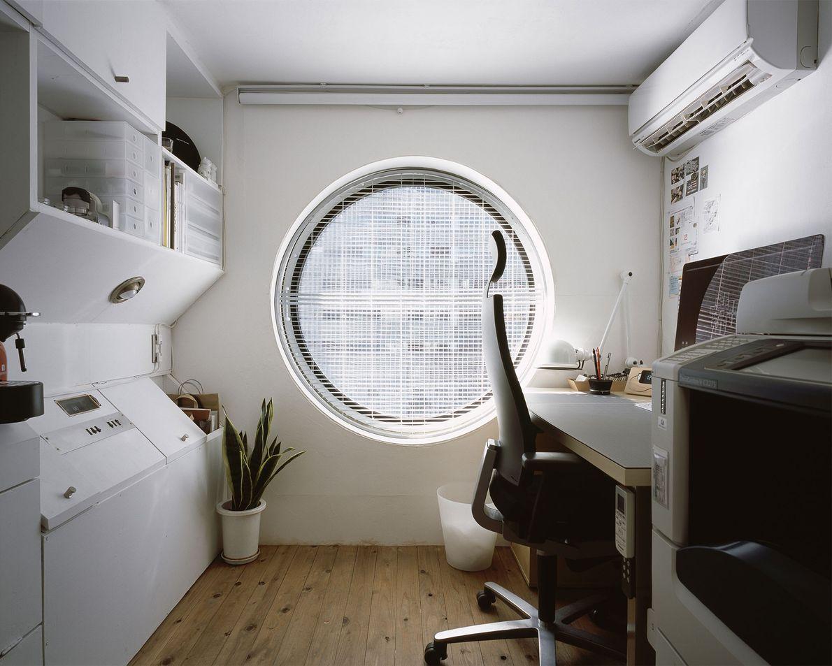 As cápsulas também são usadas como escritórios para pequenas empresas. A Torre de Cáspulas Nakagin fica ...