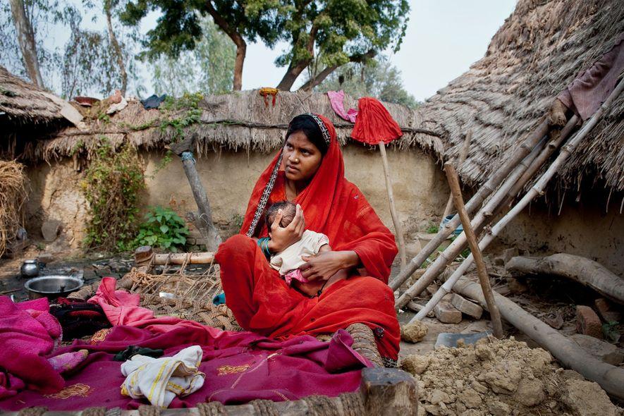 Phulmati, de 17 anos, tem o filho recém-nascido em sua casa. Ao longo de sua vida, ...