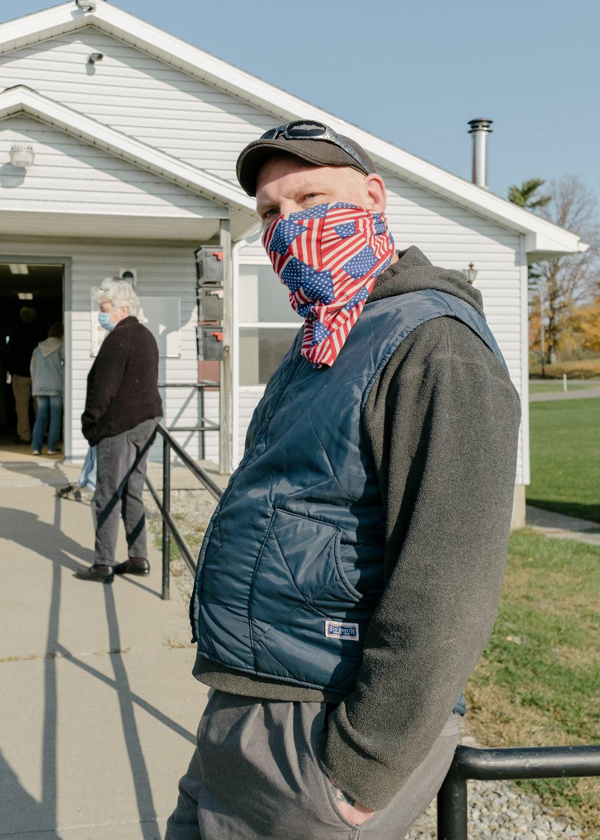 Ben Hoffmann aguardou na fila para votar mais cedo no Venice Town Office, em Scipio, Nova ...