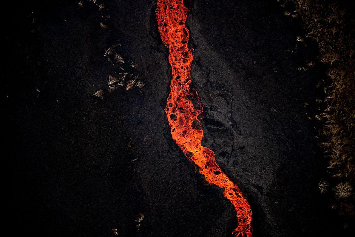 A lava apresenta diferentes texturas conforme a temperatura na qual emerge, o que muitas vezes muda ...