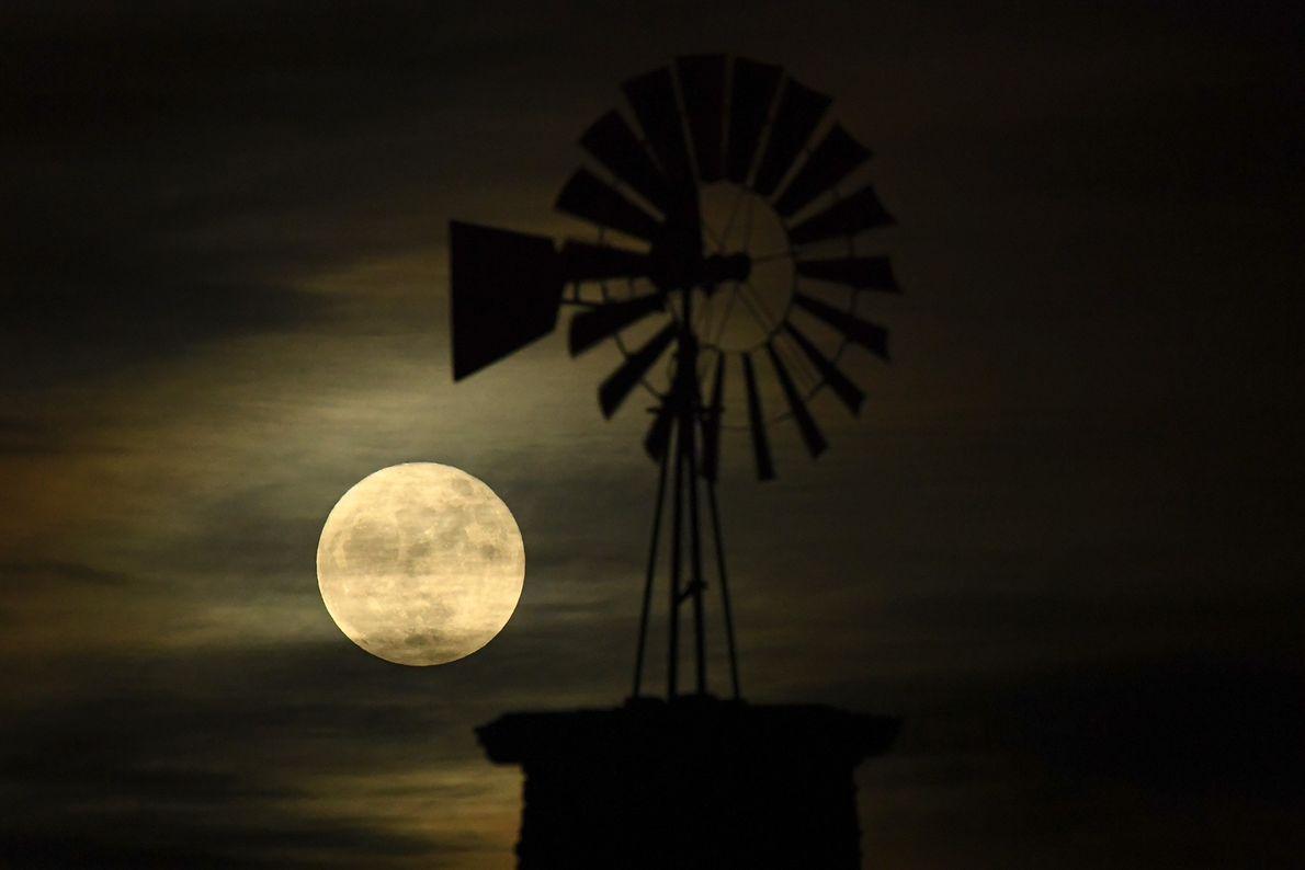 O moinho de vento icônico Highlands Ranch é iluminado pela superlua no Colorado.