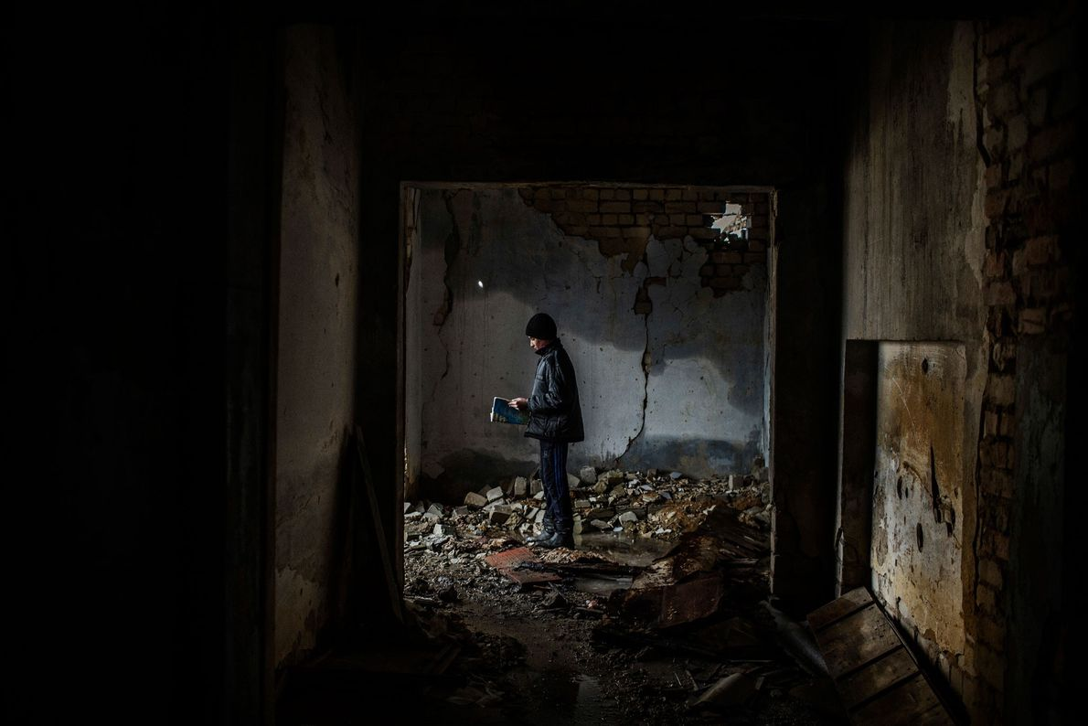 Nikita, 12 anos, no interior de uma escola bombardeada em 2014 e desde então abandonada em ...