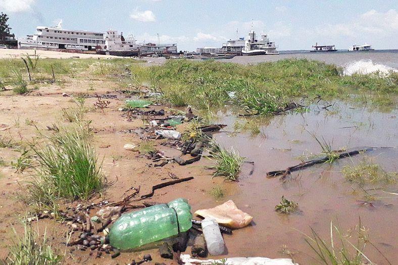 Lixo às marges de rio urbano em Santarém, no Pará. Garrafas pet são o lixo plástico ...
