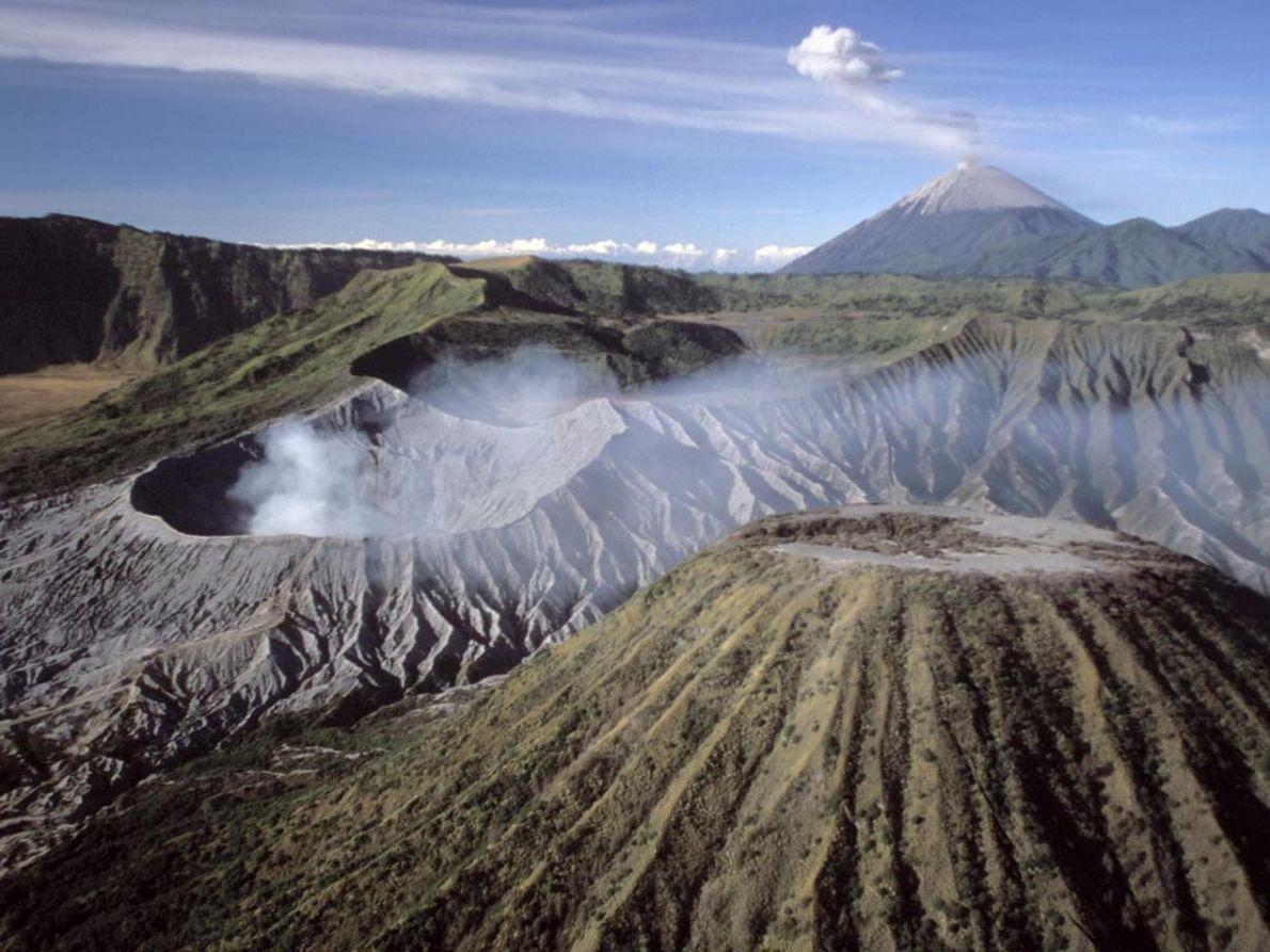 Montanhas da Indonésia Um rastro imponente de vapor e fumaça sai do Monte Semuru, enquanto o Monte ...