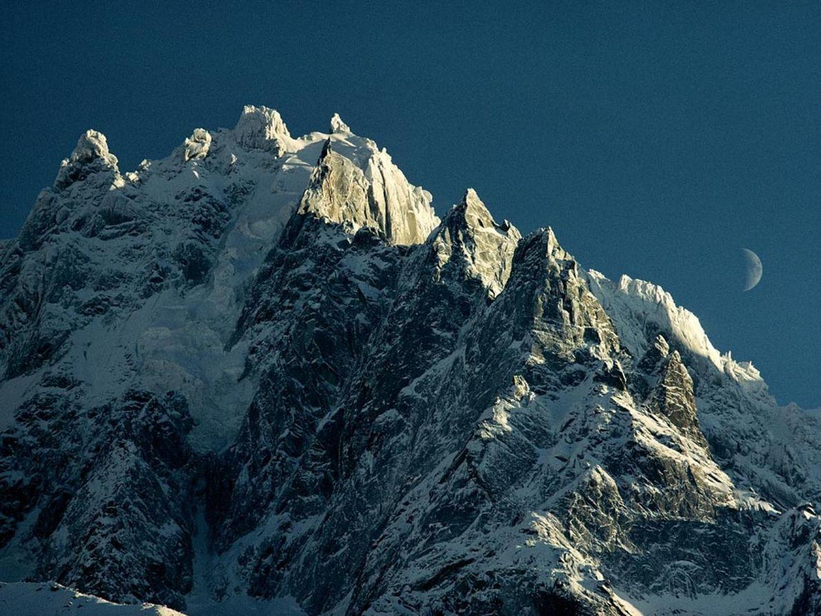 Mont Blanc A face coberta de neve do maciço Mont Blanc, entre a França e a Itália, ...