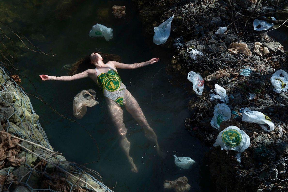 Mais de 40% do plástico é usado uma única vez, depois descartado.