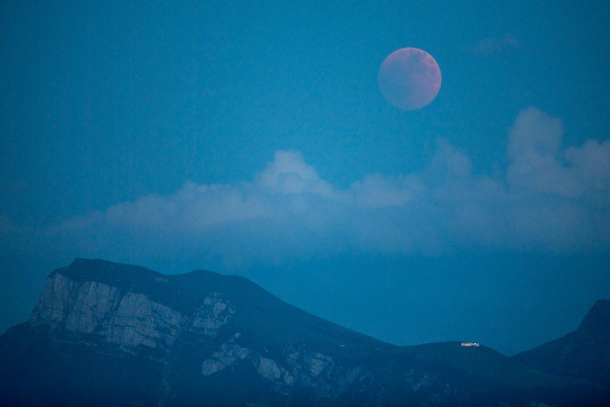 A Lua fica vermelha durante o eclipse lunar total visto de Lucerna, Suíça, em 27 de ...