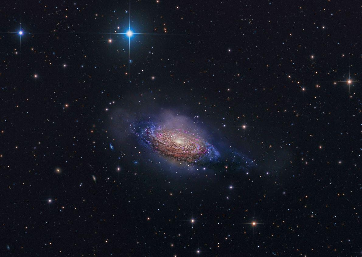 A galáxia espiral NGC 3251 brilha colorida nesta imagem de longa exposição.
