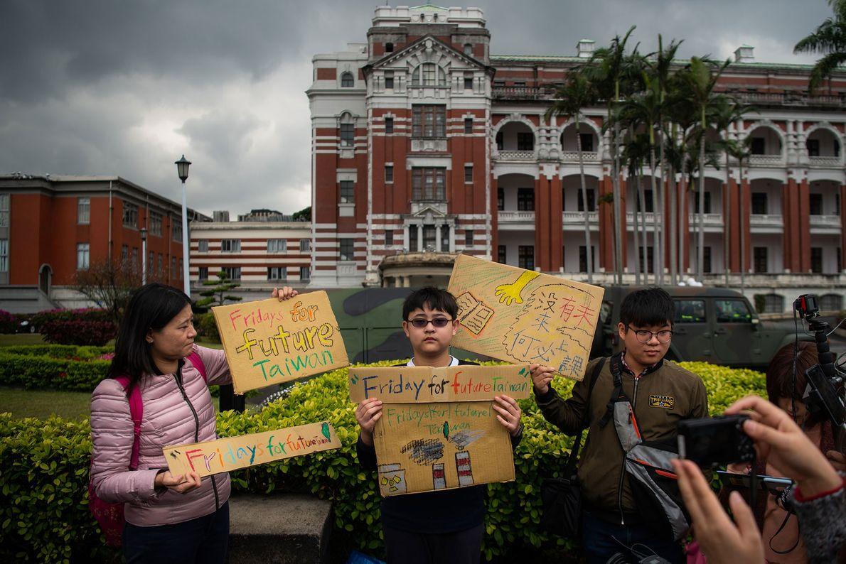 Yang Tzy-Ching, de 12 anos, participou de uma manifestação em frente ao Palácio Presidencial em Taipei, ...