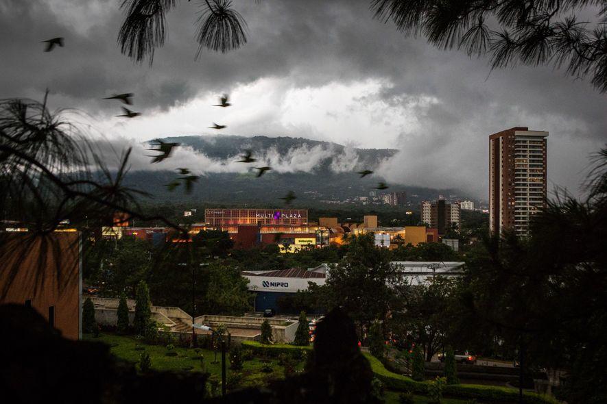 São Salvador está vendo desenvolvimento extensivo, como a construção deste shopping center, aumentando a demanda de ...
