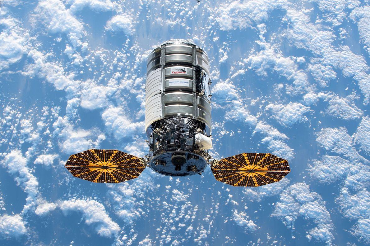 A cápsula espacial Cygnus dos EUA aproxima-se da Estação Espacial Internacional transportando mais de quatro toneladas ...