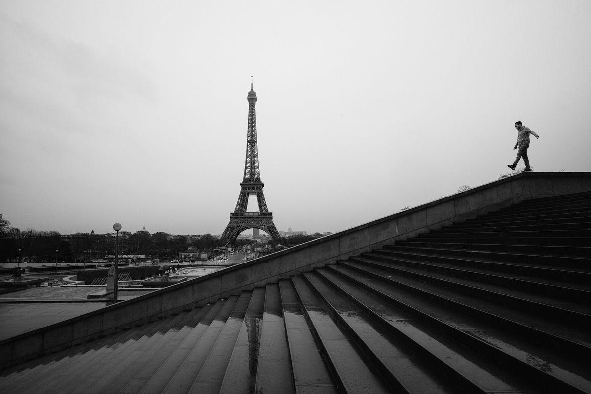 Após subir na Torre Eiffel para tirar fotos da cidade, desfrute das vistas de Paris — ...